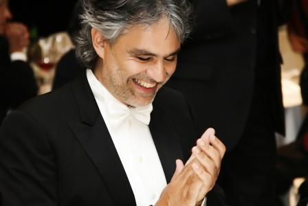 Andrea Bocelli canta l'Ave Maria a sorpresa durante un matrimonio