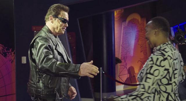 Arnold Schwarzenegger: scherzo al museo delle cere vestito da Terminator