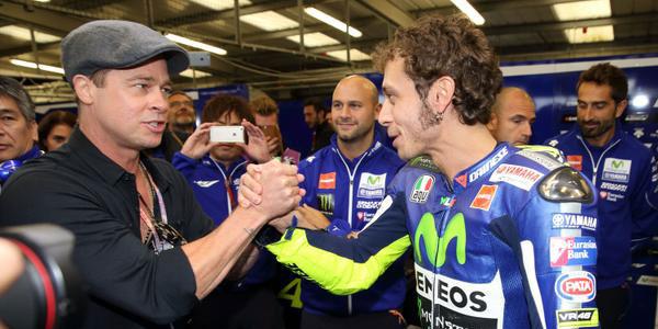 Valentino Rossi: primo a Silverstone e Brad Pitt si congratula