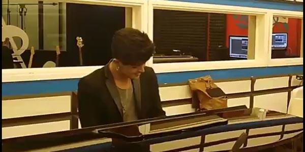 Stash Fiordispino torna nella scuola di Amici – video