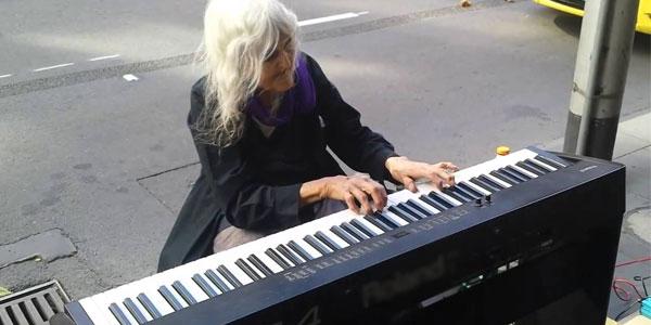 Artista di strada a 80 anni: un'esibizione struggente – video