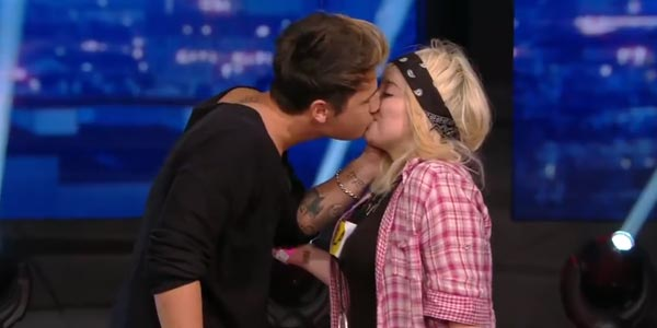 benji e fede bacio a una fan