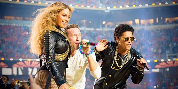 Lo show di Coldplay, Beyoncé e Bruno Mars incendia il Super Bowl 50 – video