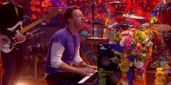 Coldplay: incendiano i Brit Awards 2016 con Hymn For The Weekend (video)
