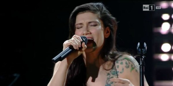 Elisa a Sanremo 2016 incanta l'Ariston con No Hero e il medley – video
