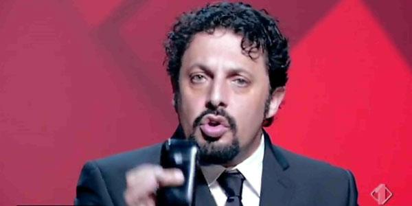 Enrico Brignano ospite comico a Sanremo 2016 diverte e commuove – video