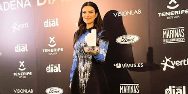 laura pausini mostra il premio dial in spagna