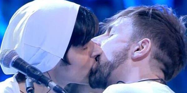 amici 15 la rua bacio gay