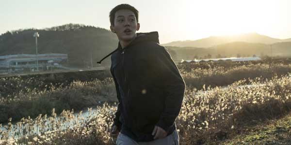 Burning L amore che Brucia film al cinema: ragazzo che corre in una campagna di periferia