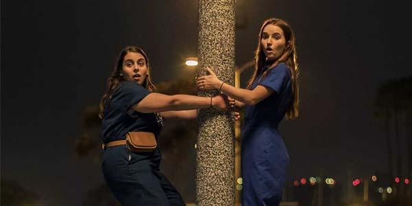 Red Snake film al cinema recensione: immagine tratta dal film con le due protagoniste